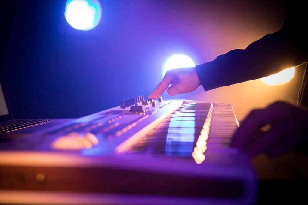 mejores teclados y controladores midi para dj
